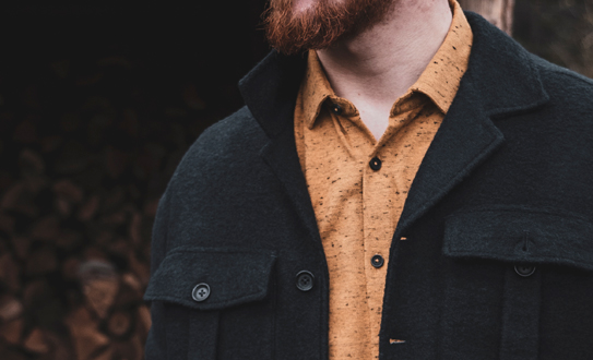 Kleur met overhemd of overshirt outfit